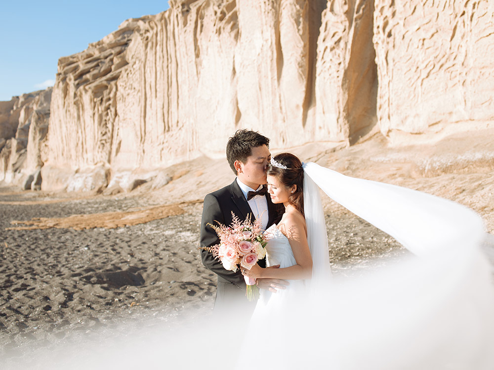 Pre-wedding photos in Santorini. Photo by Sunrise Greece. www.theweddingnotebook.com