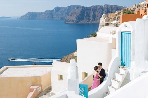 Pre-wedding photos in Santorini. Photo by Sunrise Greece. www.theweddingnotebook.com
