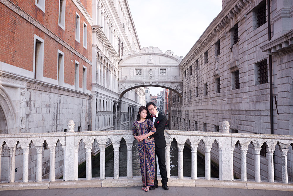 Destination pre-wedding at Venice, Italy. Rossini Photography. www.theweddingnotebook.com