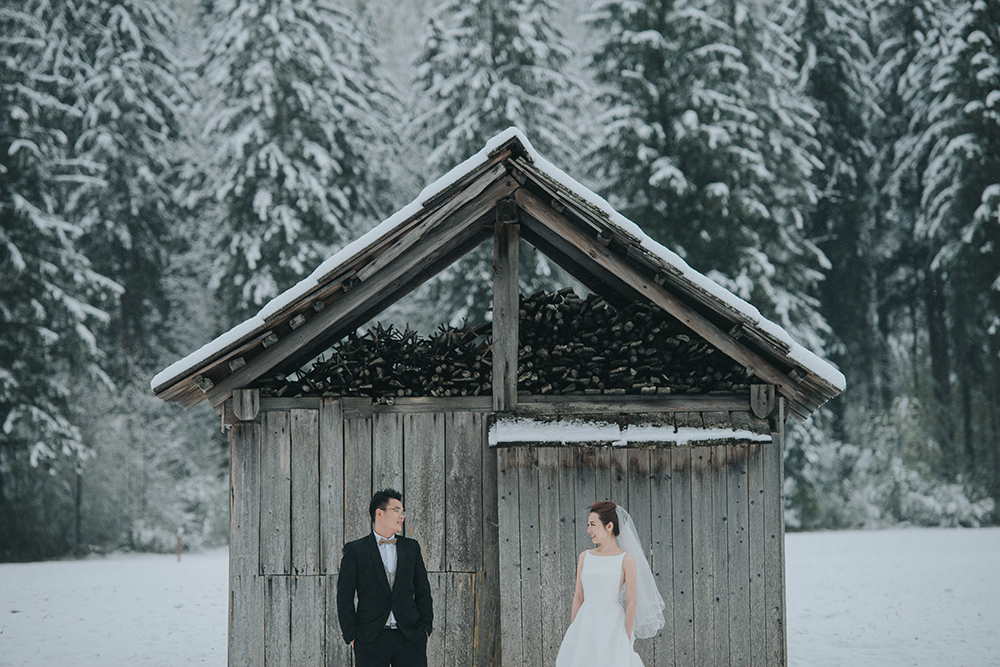 Wedding photos at Hallstatt Austria. Photo by Fixer Photography. www.theweddingnotebook.com