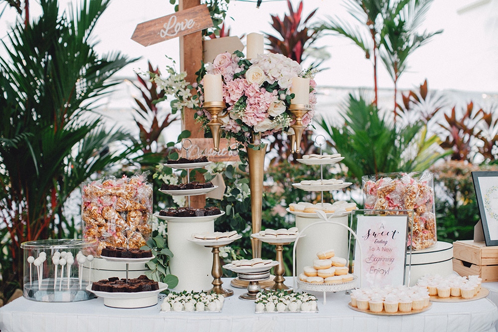 Rustic desserts table. Photo by Mcs Wedding Gallery. www.theweddingnotebook.com