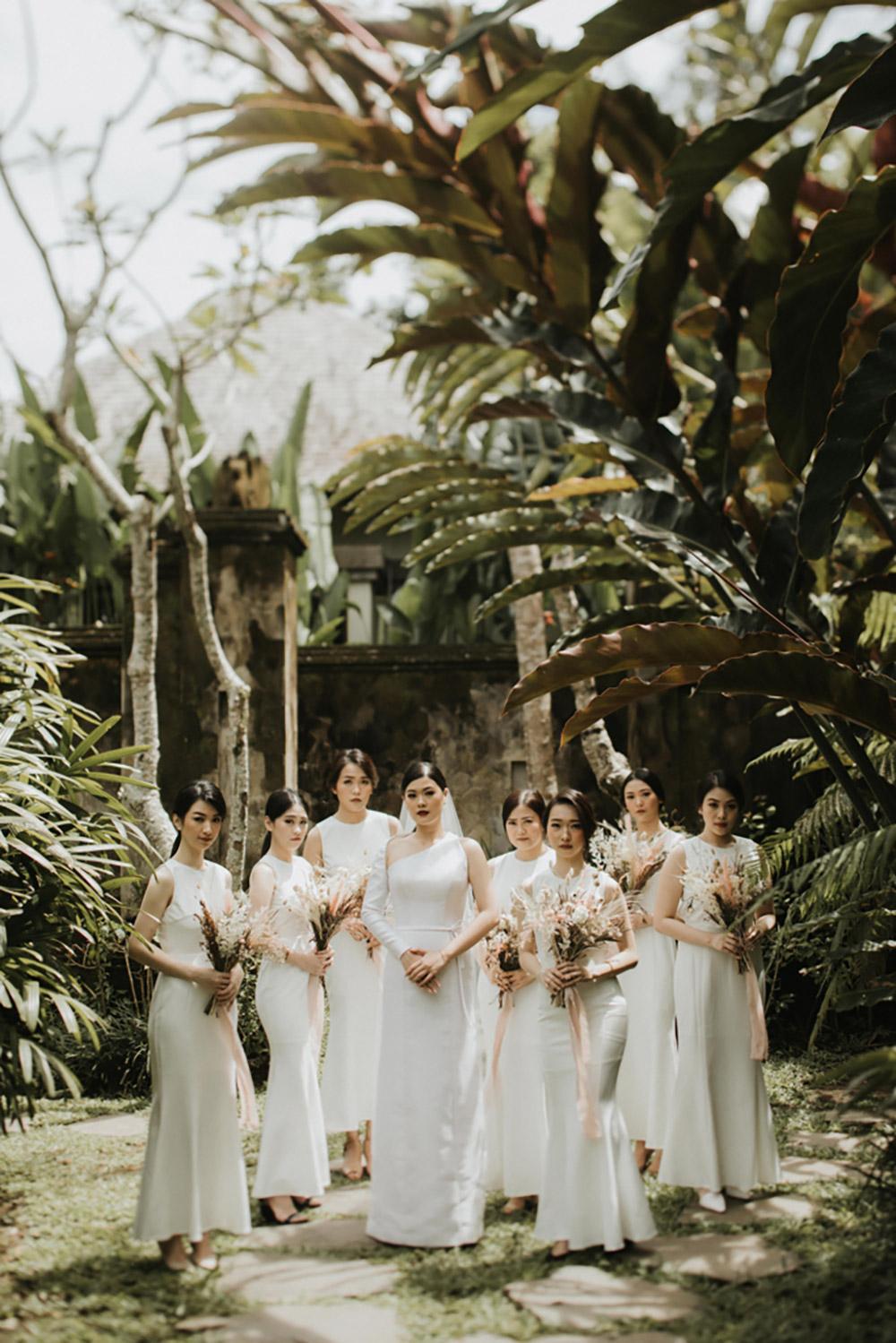 Bridesmaids in all white. Photo by Iluminen. www.theweddingnotebook.com