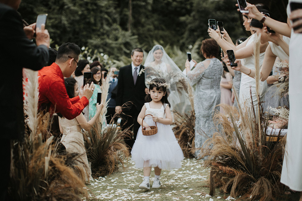 Adorable flower girl. Photo by Iluminen. www.theweddingnotebook.com
