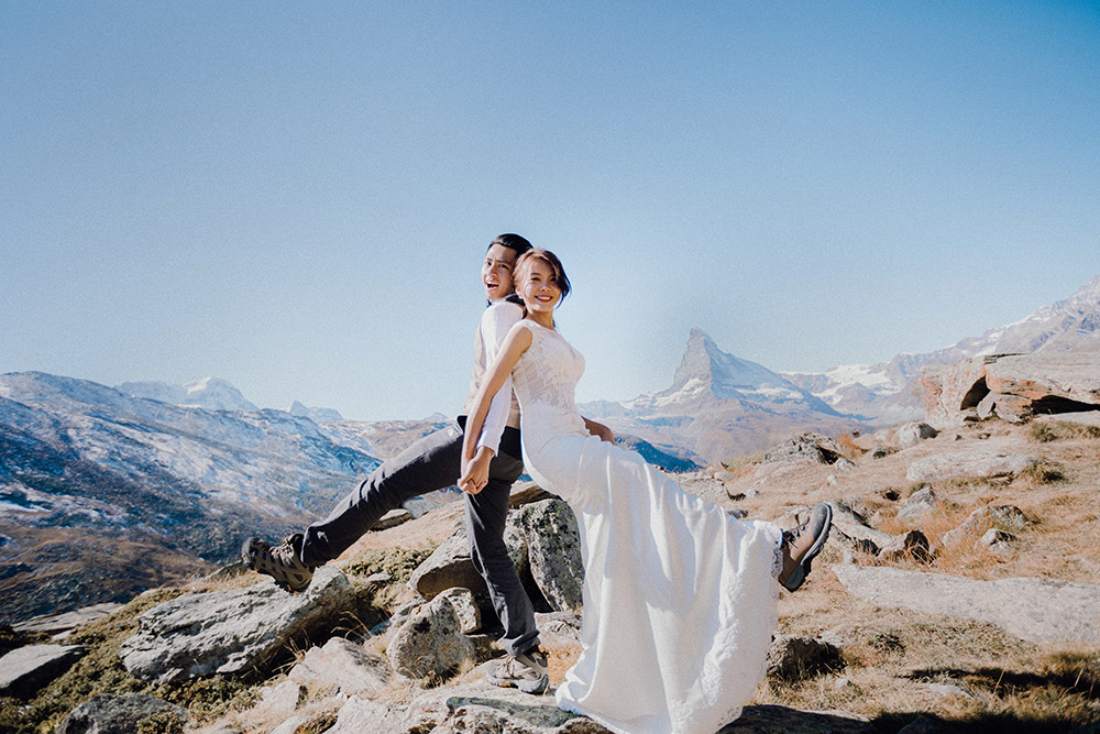 Destination wedding photo at Zermatt, Switzerland. Photo by Jackie Yong Photography. www.theweddingnotebook.com