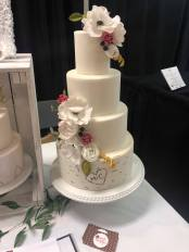 White cake with birch bark layer by Melanie's Cakes Photo recap newmarket wedding expo