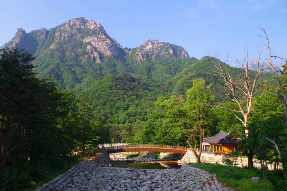 KoreaHoneymoon-Seoraksan-klimbingkoreanmountains