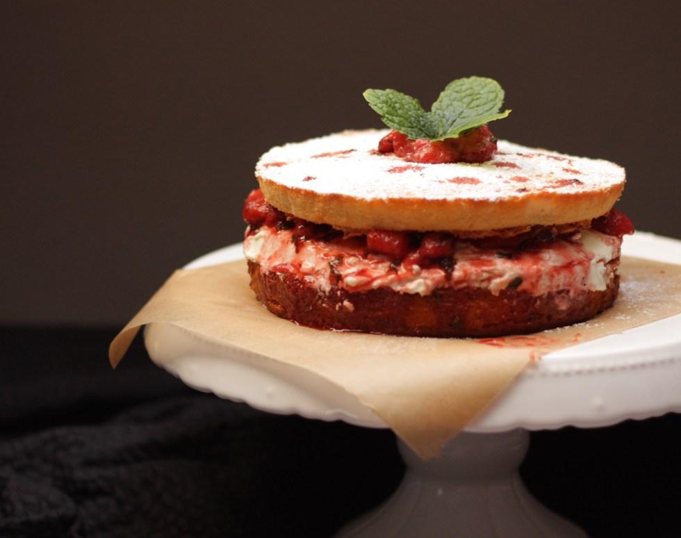 Ein Sonntags-Biskuit mit Balsamico-Limoncello-Erdbeeren