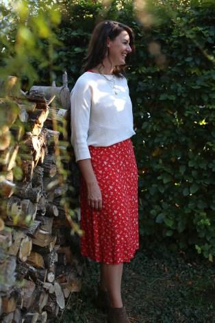 Kleid-vor-Holzwand