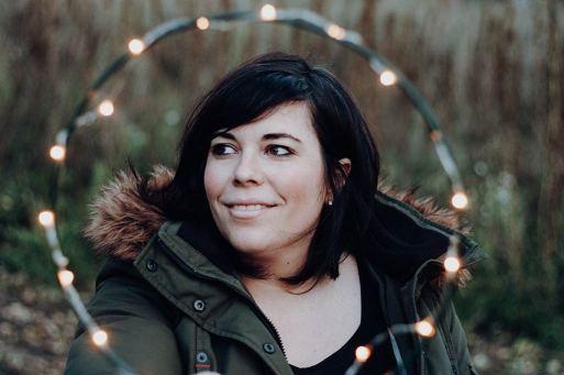 Portrait-von-Frau-mit-Lichterring