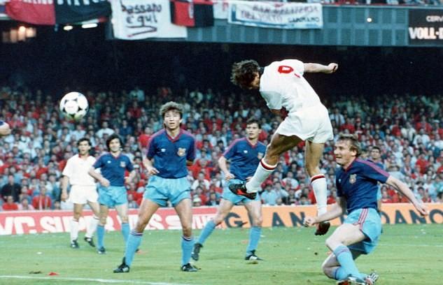 Colpo di testa vincente di Marco Van Basten del momentaneo 2-0 Milan contro lo Steaua Bucarest nel 1989, foto: Bongarts/Getty Images