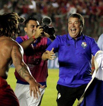 Ramon Torres e il tecnico della nazionale di Panama Bolillo Gomez festeggiano la qualificazione a Russia 2018. Foto: Reuters.