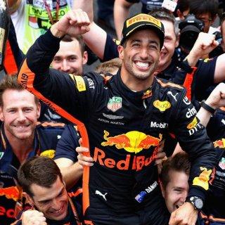 Daniel Ricciardo festeggia il suo settimo trionfo in Formula 1 con i meccanici Redbull. Foto: twitter.com/redbullracing