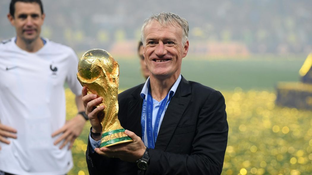 Didier Deschamps immortalato con la Coppa del Mondo. Foto: Getty Images.