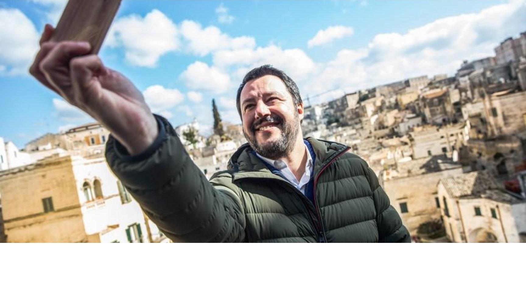 Salvini e la nuova italianità: divisa, «bacioni» e tortellini