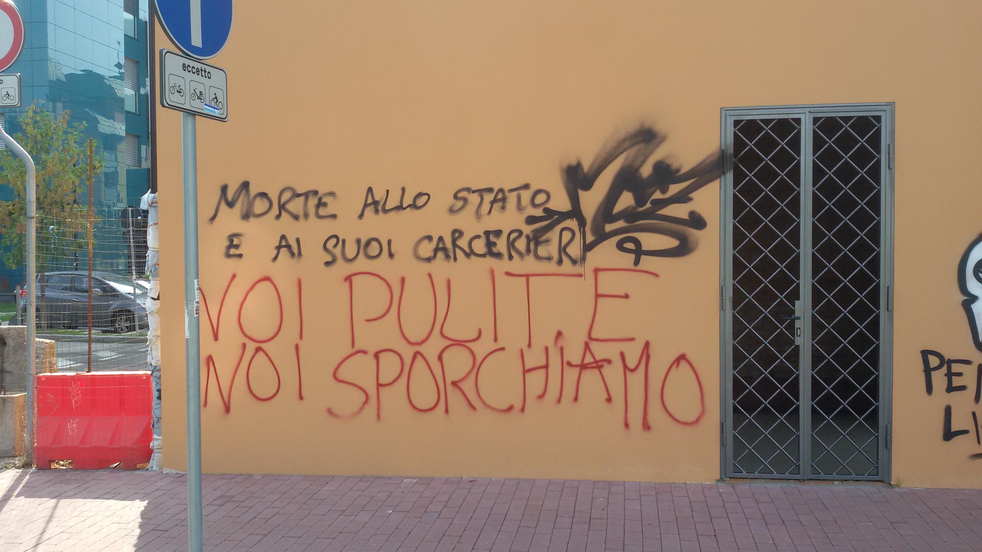 Bologna sfregiata: la guerra delle scritte sui muri