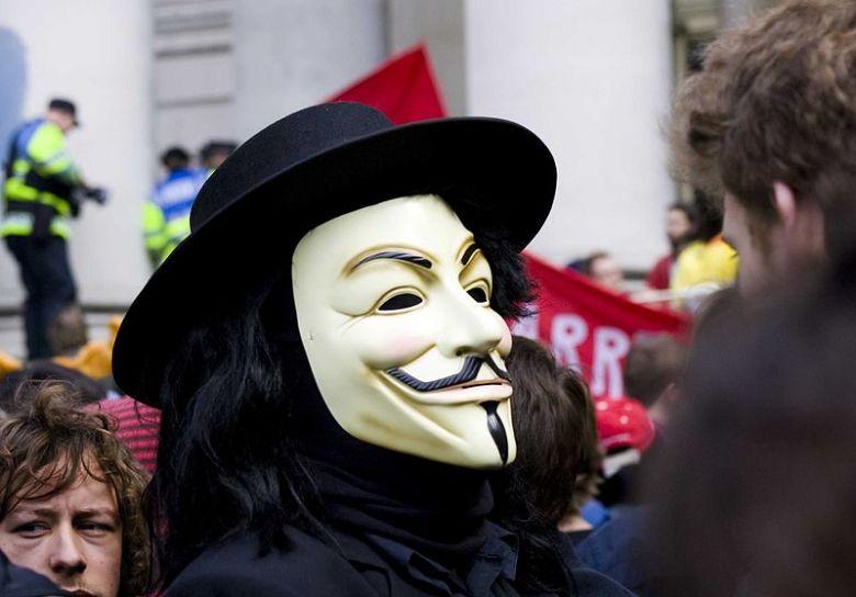 Manifestante a Londra con la maschera di V per Vendetta.