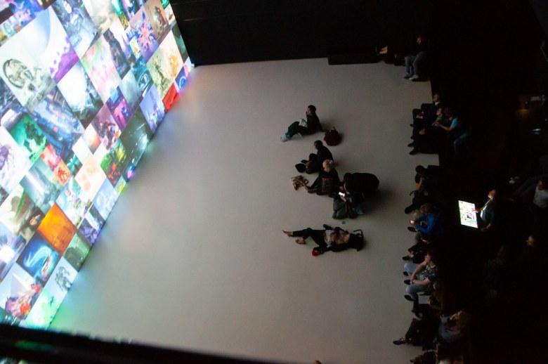 Il pubblico osserva l'opera di Beeple.