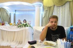 Das Brautpaar thront über dem Geschehen