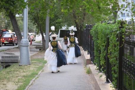 Traditionelle Musikerinnen auf dem Weg zu einem Auftritt