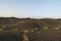 Wildcamp auf schwarzen Steinen vor Dunhuang