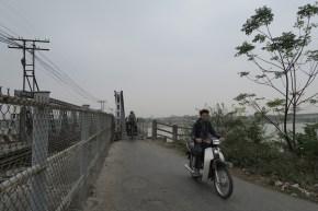 Wackelige Brückenüberquerung