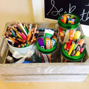 Mason Jars for Homeschool Organization | Mason jars are amazing for organizing your pens, pencils and markers!