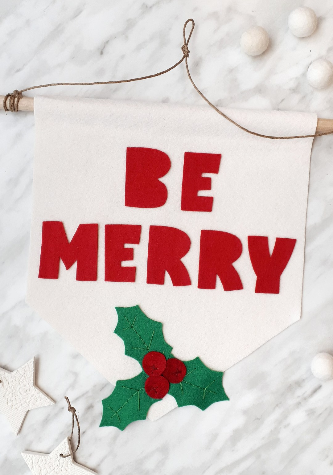Make this sweet and simple DIY Christmas banner using my free printable pattern. This is a quick project you can finish in 45 mins. Makes a great hostess gift for your next Christmas party!