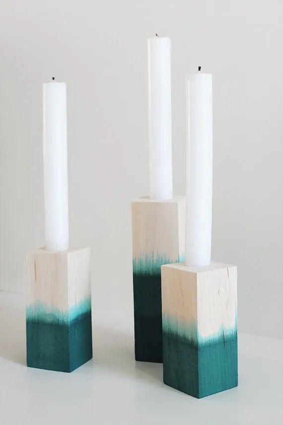 Pretty dip dyed candlesitcks. DIY Christmas gift ideas