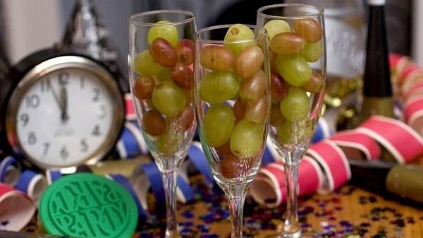 Las doce uvas de la suerte tradition consists of eating a grape and making a wish with each bell strike at midnight of December 31. According to the tradition, each grape represents a month in the New Year. (Photo: Google)
