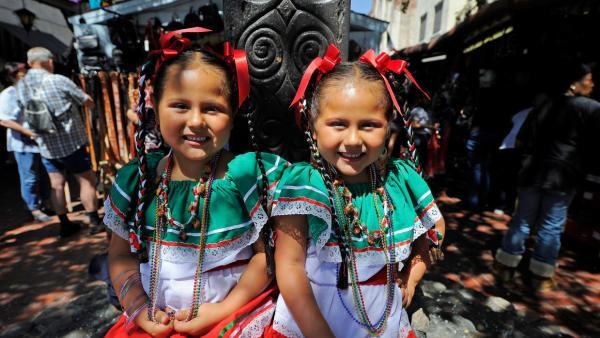 Niñas celebrando 5 de mayo en Plaza Olvera de Los Angeles CA (univision)