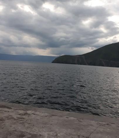 Le lac Toba le soir. La rive est en bêton.