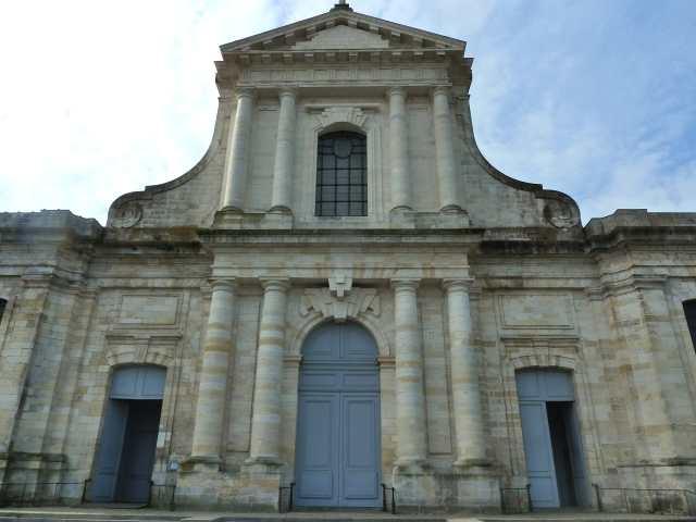 La façade de la cathédrale Saint-Louis à La Rochelle