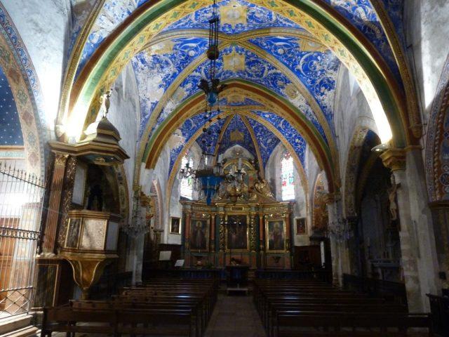 Intérieur de l'église de puycelsi dans le Tarn