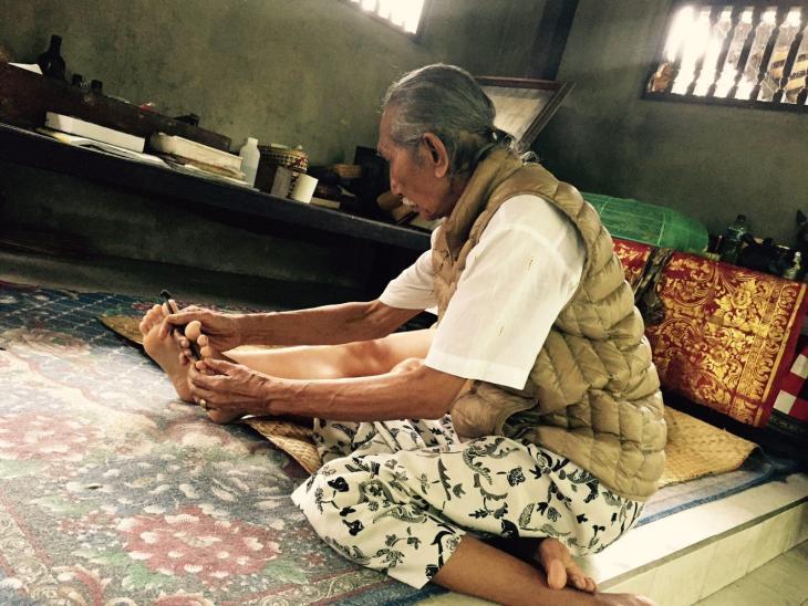 Tjokorda Gde Rai healing a client.