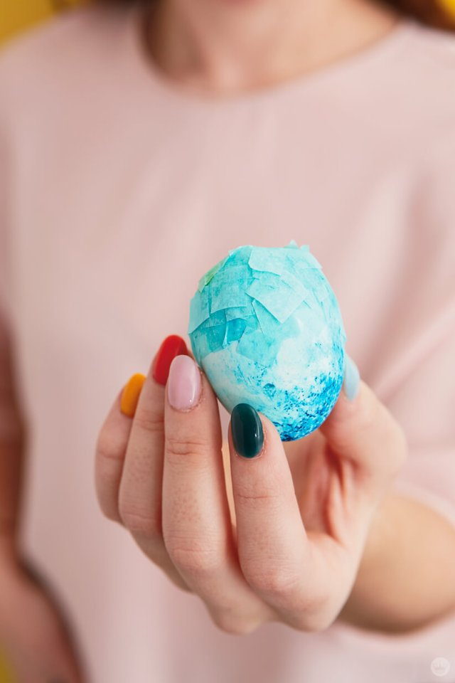 Bright blue DIY confetti-filled egg | thinkmakeshareblog.com