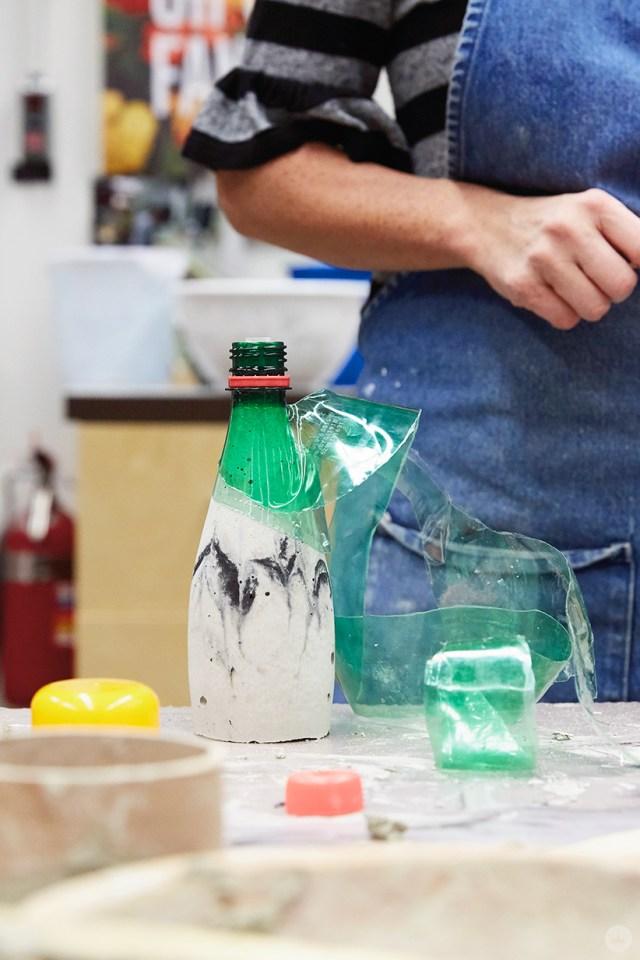 Enlever un moule d'un vase en béton