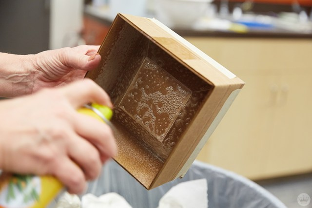 Pulvérisation à l'intérieur d'un moule de boîte en carton