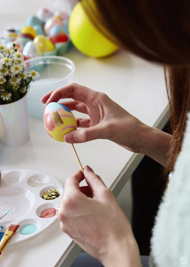 2019 Easter egg decorating ideas: Placing an egg on a skewer