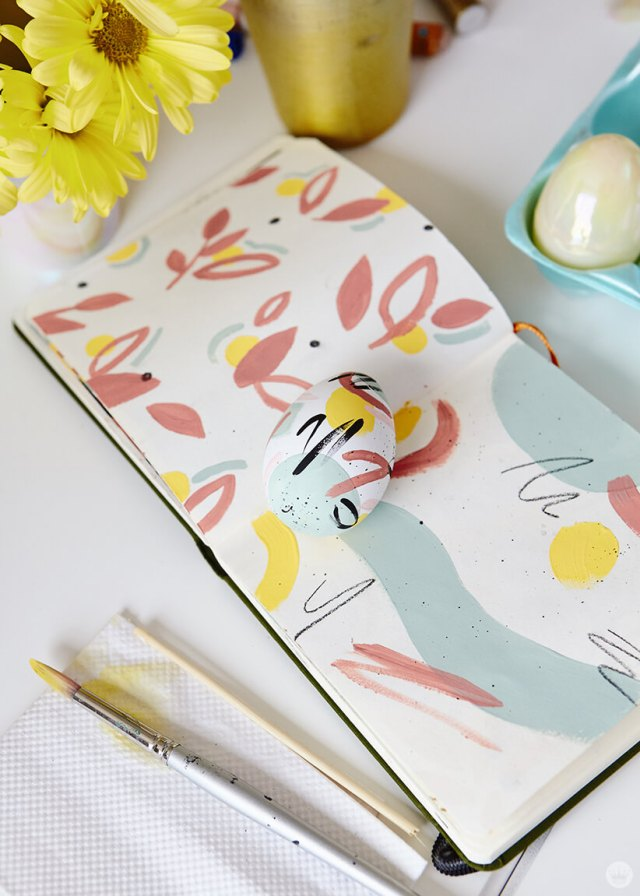 2019 Easter egg decorating ideas: Painted egg with a sketch book