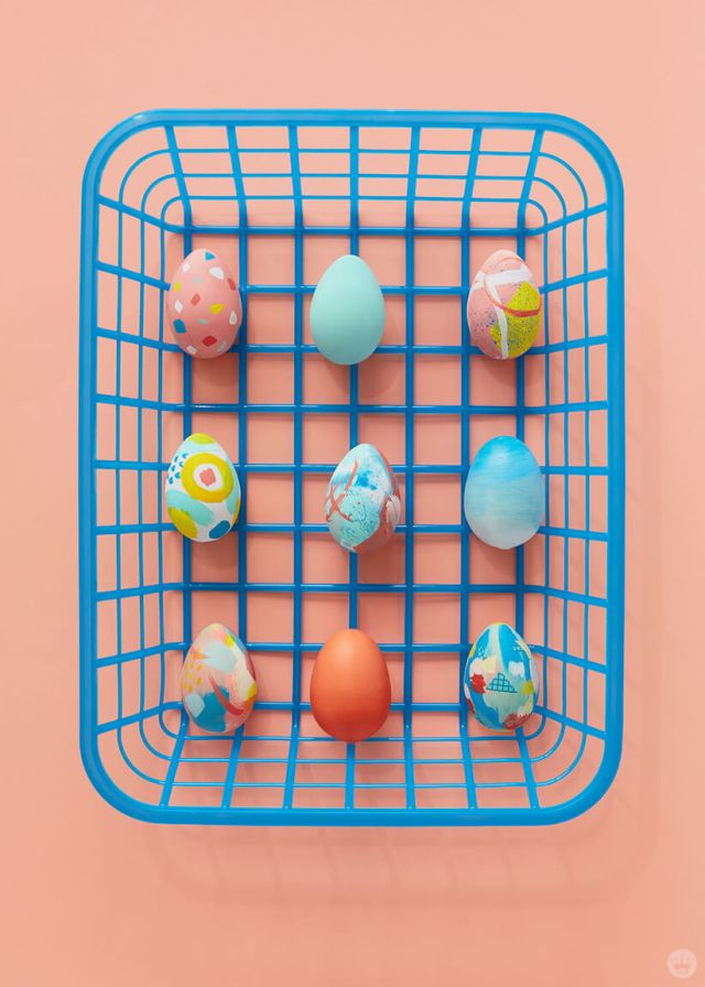 2019 Easter egg decorating ideas: Painted eggs in a blue plastic basket