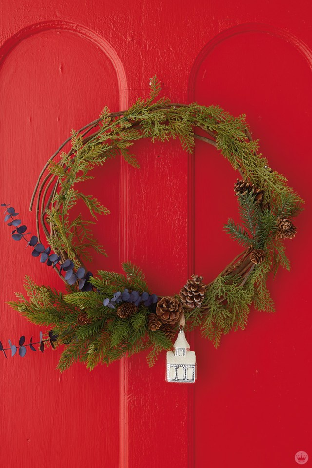 Modern Christmas wreath ideas: Simple wreath with vintage ornament