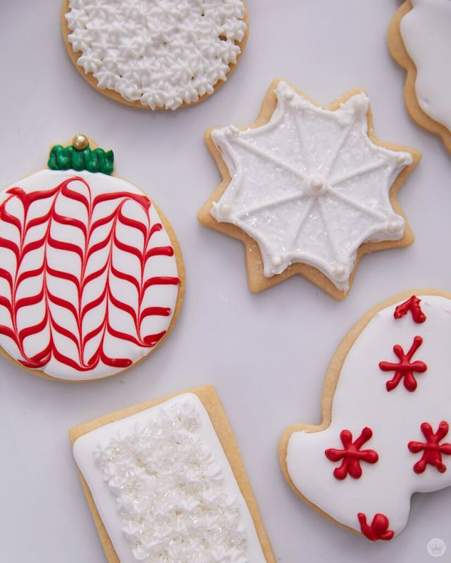 2018 cookie decorating trends: White cookies with red and green accents