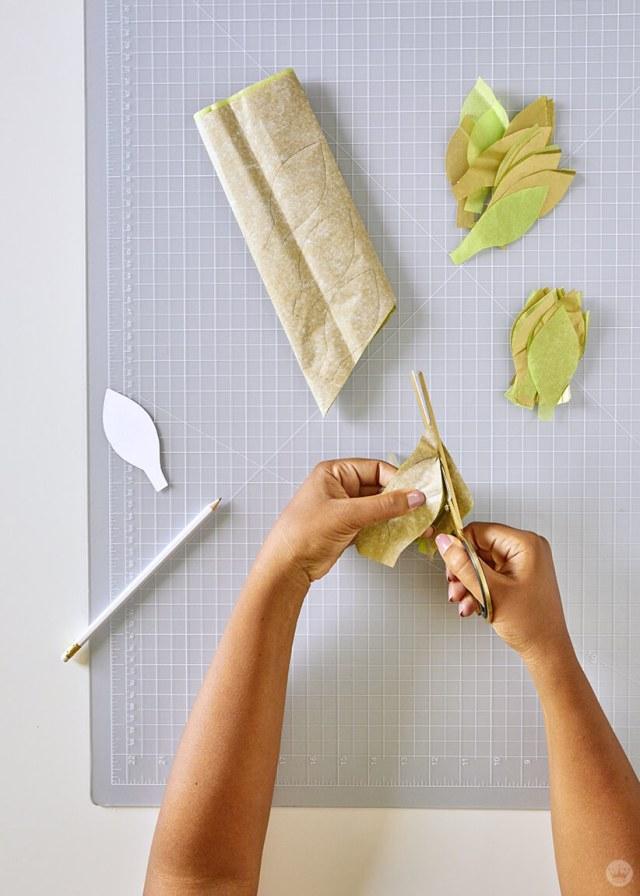 Découpe des formes de feuilles du papier de soie pour la guirlande de vigne en papier bricolage | thinkmakeshareblog.com