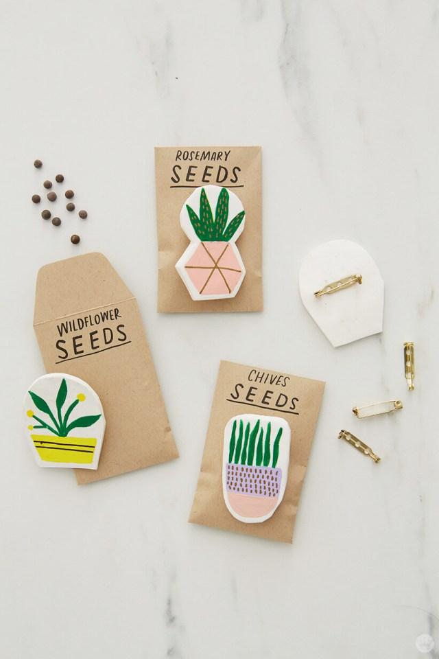 des épingles en argile avec des épingles attachées aux sachets de semences pour les accessoires de cadeau d'argile bricolage | thinkmakeshareblog.com