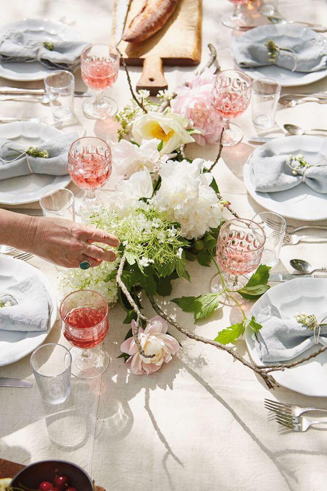 pièce maîtresse floral sur une table pour une réunion en plein air | thinkmakeshareblog.com
