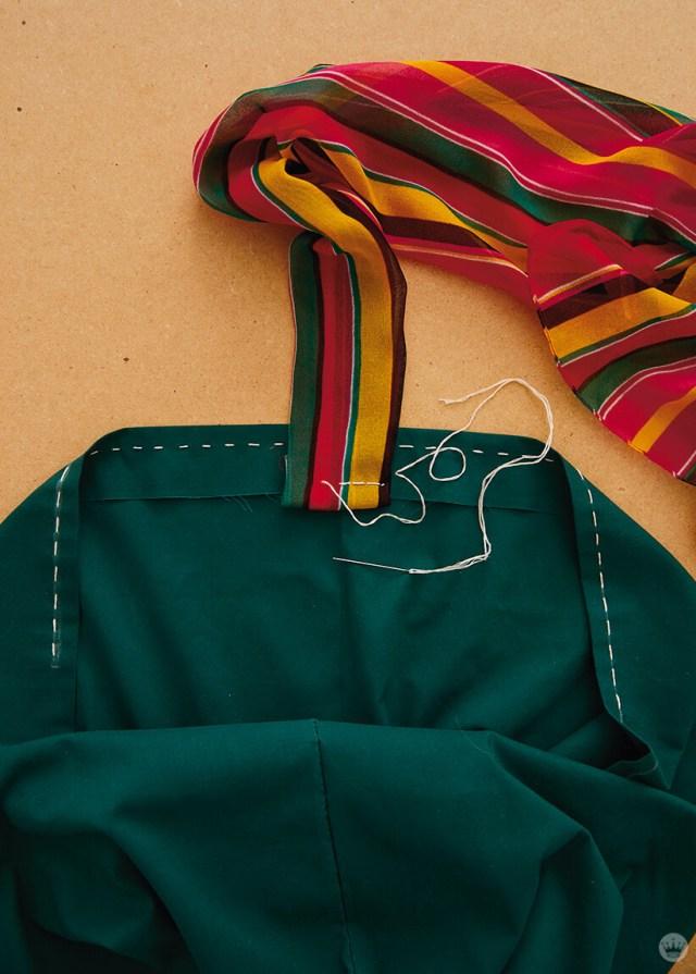 Coudre un foulard rayé sur une taie d'oreiller pour faire une poignée de sac fourre-tout | thinkmakeshareblog.com