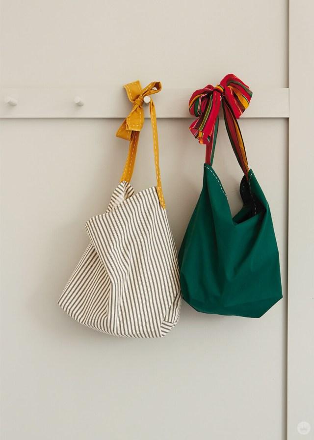 Deux sacs fourre-tout de taie d'oreiller accroché sur un mur de cheville | thinkmakeshareblog.com