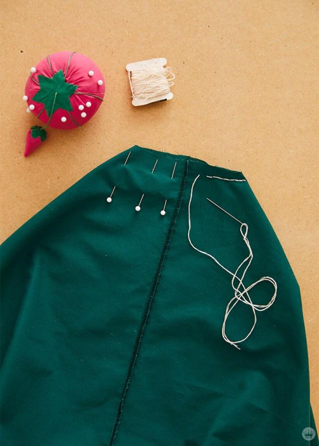 Plier le coin d'une taie et le coudre fermé avec un point en cours d'exécution fait un fond plat pour votre sac fourre-tout | thinkmakeshareblog.com