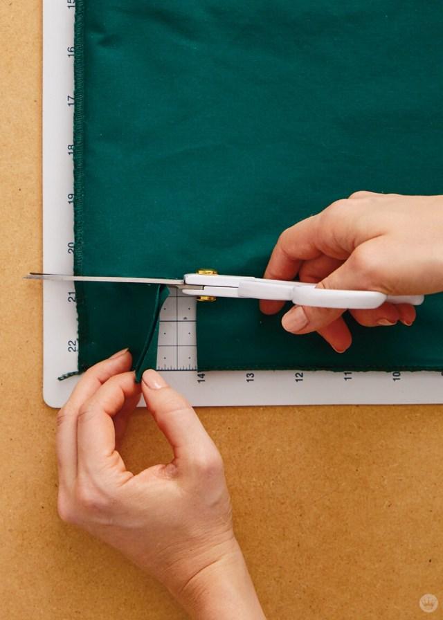 Couper un carré du coin au bas de la taie d'oreiller | thinkmakeshareblog.com