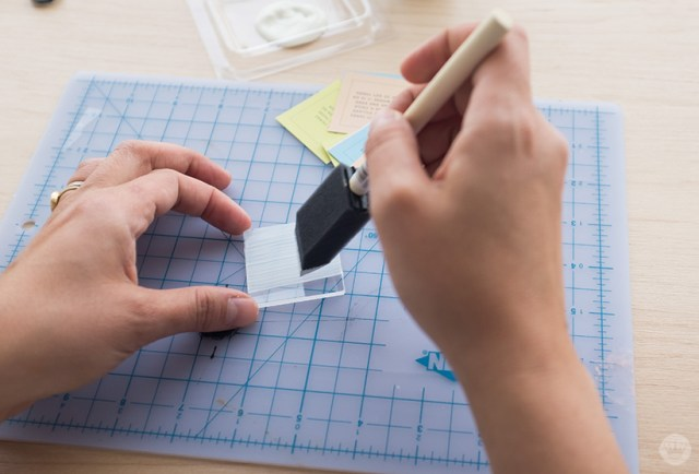 Appliquer Mod Podge à l'arrière du carré acrylique avec une brosse en mousse.